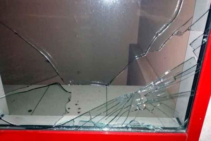 И снова разбитая витрина